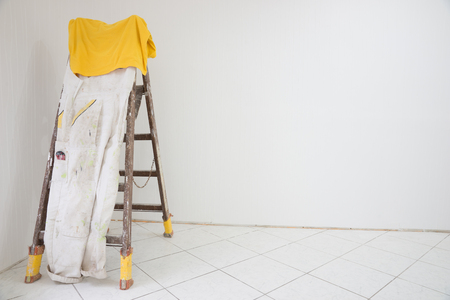 trabajando en casa: Habitación con una escalera