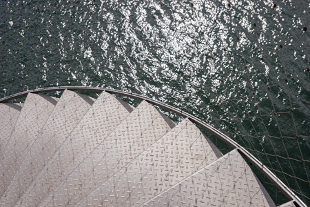 bajando escaleras: Metal stairs to the sea