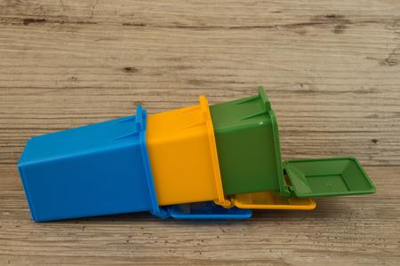 separacion de basura: Conjunto de contenedores de reciclaje de basura, el concepto de separaci�n de residuos
