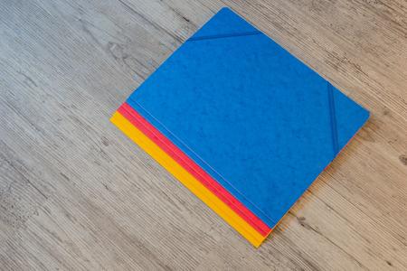utiles escolares: Las carpetas en diferentes antecedentes colors.Office Foto de archivo