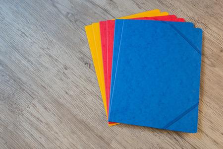 fournitures scolaires: Dossiers dans diff�rents colors.Office fond