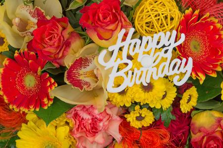 Mazzo di fiori colorati, bouquet di fiori con testo Buon Compleanno Archivio Fotografico - 53071915