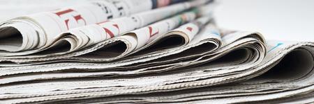 Mucchio di vecchi giornali, messa a fuoco selettiva