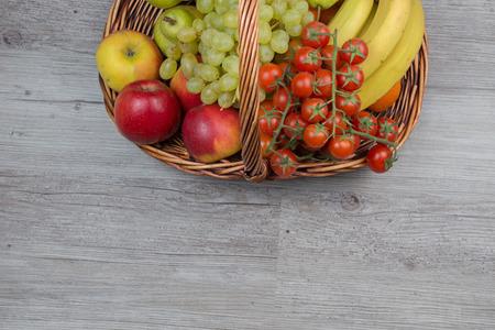 tiendas de comida: Frutas en la canasta en la mesa de madera
