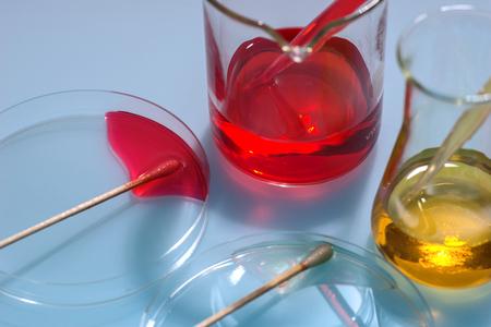 hipótesis: aparatos de laboratorio de vidrio con agua de color Foto de archivo