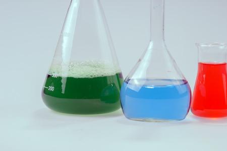 hipotesis: aparatos de laboratorio de vidrio con agua verde y azul