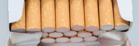 Offene Packung Zigaretten isoliert Standard-Bild