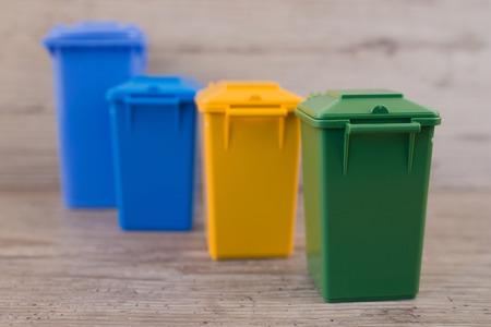 separacion de basura: Conjunto de contenedores de reciclaje de basura, el concepto de separación de residuos