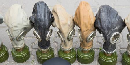 mundo contaminado: máscaras de gas viejas con el filtro en diferentes colores
