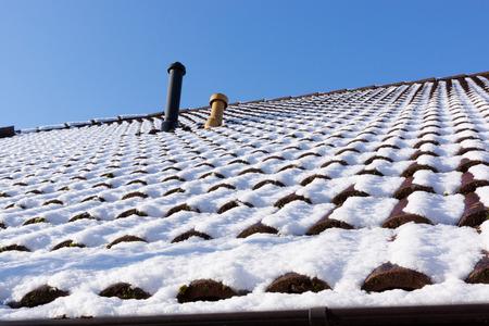 Neve sul tetto Scena invernale Sfondo invernale Archivio Fotografico - 64461271