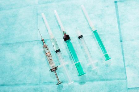 inyeccion intramuscular: Una selección de jeringas y agujas hipodérmicas utilizado en la medicina