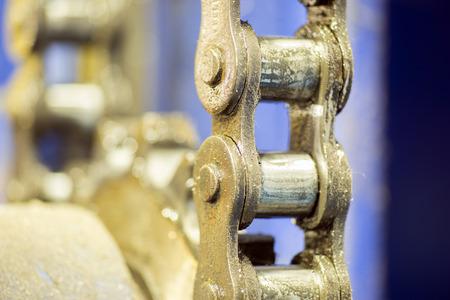 dientes sucios: engranaje de trinquete sucia del primer con transmisión por cadena en la elaboración de metales