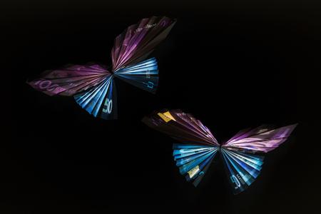 billets euros: Euro note sous la forme de papillons Banque d'images