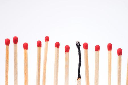 Fiammifero bruciato tra nuove fiammiferi, profondità di campo Archivio Fotografico - 72291387