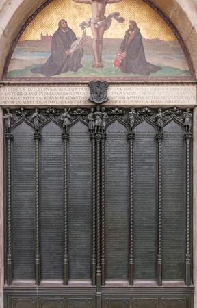 Porta della chiesa di tutti i Santi a Wittenberg in Germania con le novantacinque tesi inviate da Martin Luther Archivio Fotografico - 78493030