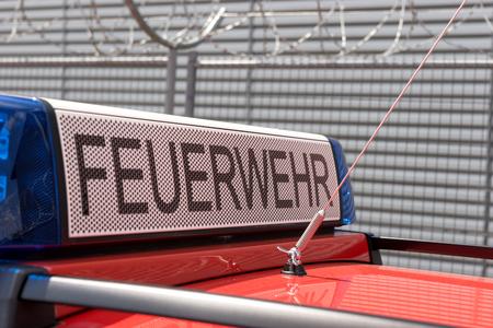 Automobile tedesca del fuoco di fuoco con la luce blu Archivio Fotografico - 86745913