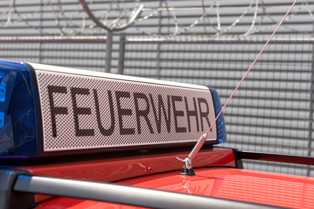 Duitse rode brandweerauto met blauw licht