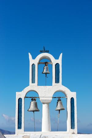 フィラサントリーニの町に3つの鐘を持つ教会