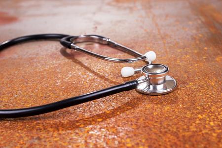 Stetoskop medyczny do pomiaru bicia serca i ciśnienia na zardzewiałym tle