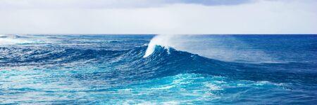 Imagen panorámica del poderoso chapoteo de las olas del mar, fondo de agua panorámica