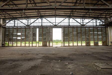 Alte leere verlassene und ruinierte Halle im Inneren
