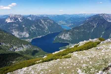 View of the lake Hallstatter See from the mountain Krippenstein. Salzkammergut. Austria 免版税图像 - 150316446
