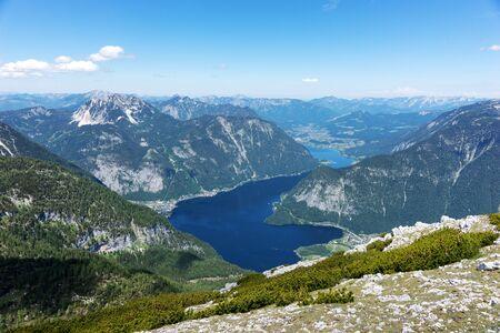 View of the lake Hallstatter See from the mountain Krippenstein. Salzkammergut. Austria 免版税图像 - 150316448