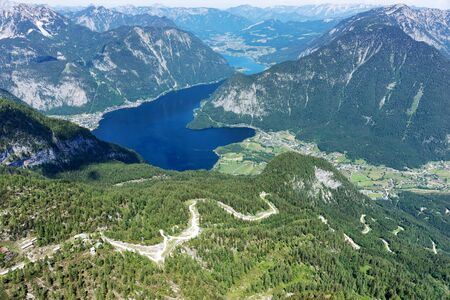 View of the lake Hallstatter See from the mountain Krippenstein. Salzkammergut. Austria 免版税图像 - 150316449