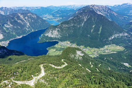 View of the lake Hallstatter See from the mountain Krippenstein. Salzkammergut. Austria 免版税图像 - 150316450
