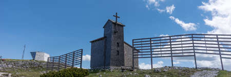 Panoramic image. Wooden Church on Krippenstein of the Dachstein Mountains range. Austria Banque d'images