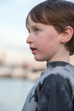Jonge jongen op zoek in de verte Stockfoto