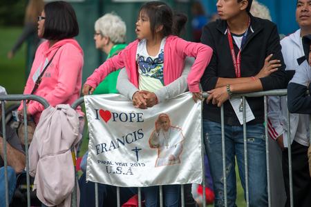 humilde: PHILADELPHIA, PA - el 26 de septiembre: Multitud de personas llegan a Benjamin Franklin Parkway en el centro de la ciudad de Filadelfia para ver al Papa Francisco en el Encuentro Mundial de las Familias el 26 de septiembre de 2015