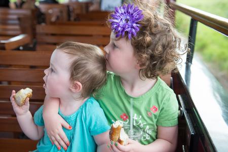 鉄道に乗って若い兄弟の女の子の肖像画