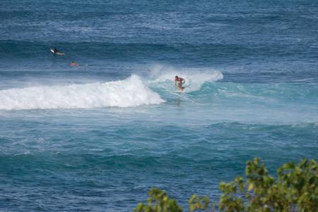 MAUI, HI - 8 DÉCEMBRE: Les surfeurs surfent sur une grosse vague à Maui le 8 décembre 2007 Banque d'images - 82137760