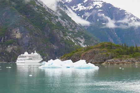 Alaska Cruise Ship by Iceberg with Mountains 版權商用圖片