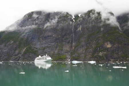 Alaska Cruise Ship by Mountain with Clouds 版權商用圖片