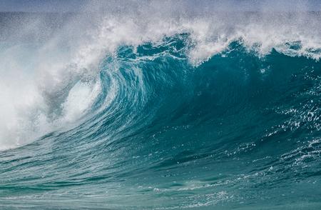 北海岸のオアフ島ハワイの美しい破壊海波