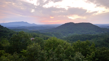 夕日一望ピジョンフォージ テネシー - グレート スモーキー マウンテンズ 写真素材