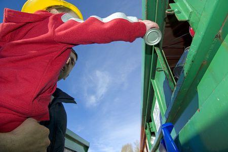 tin cans: Vader en zoon zijn milieuvriendelijk door recycling van blikjes