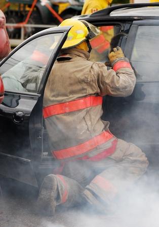 Pompier � la sc�ne d'un accident de voiture.