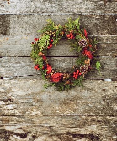 가정의 고 대비 빈티지 스타일 이미지 자연 장식 복사본 공간이 소박한 나무 벽에 매달려 크리스마스 화 환을 만든 스톡 콘텐츠