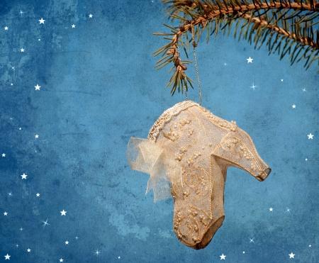 botas de navidad: Vintage estilo antiguo con textura imagen de una hermosa decoración en miniatura zapato de las señoras que cuelga de una rama de pino con diseños caprichosos y copia espacio Foto de archivo