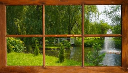sauce: Hermosa vista de un estanque de verano a través de una ventana vieja casa de campo. Foto de archivo