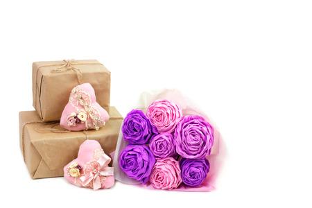 ramo de flores: rosas de papel de color rosa y corazones hechos a mano con los regalos