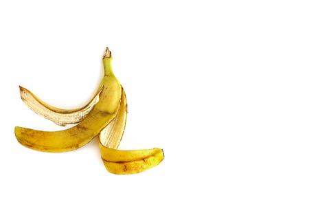 Cáscara de plátano sobre fondo blanco