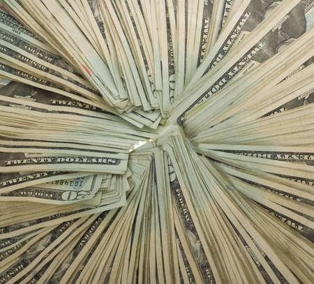 20: Una gran suma de veinte proyectos de ley de d�lar dispuestas en un c�rculo, moneda de los Estados Unidos. Varios miles de d�lares... Centro de cultivo de primer plano de grupo. aislados sobre fondo blanco.