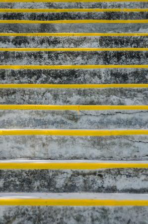 콘크리트 계단에는 노란색 페인트로 표시되어 각 단계의 위치가 명확하게 표시됩니다.