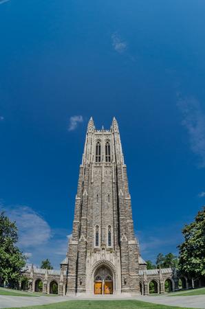 Die gotischen Duke Chapel thront über dem Campus im Sommer Standard-Bild - 30848722
