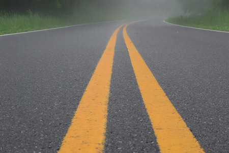 Skyline drive is quiet on a misty morning in mid-May Imagens