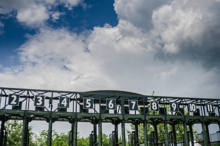 ippica: Il cancello per corse di cavalli vuoto su un pomeriggio d'estate